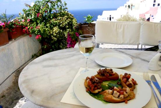 santorini balkonda yemek